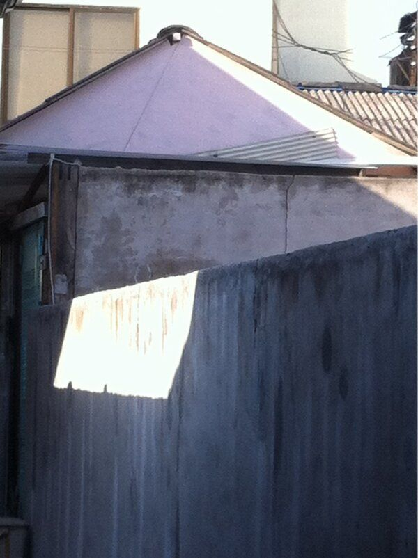 봄_은_엘리 @forest_31 서촌 골목길 중 하나.  ㅡ 담장에 이불 널어놓은 듯. 환한 빛이 드리운 장면을. 눈으로 쳐다보다 마음으로 담아내다 결국 셔터를 눌렀다. 빛과 그림자. 그때가 생각이 나서. / #골목 #집 #지붕 @담벼락 / 서울 종로 / 2013 02 16 /