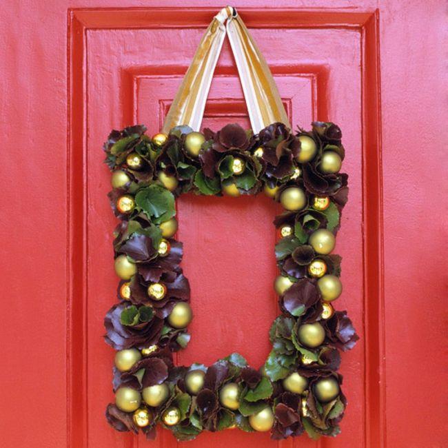 Própria coroa de flores da porta ligar idéia da decoração do Natal
