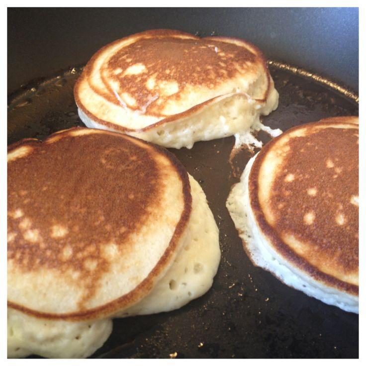 Får du överblivna äggvitor? Jag brukar får det bl.a. när jag gjort egen majonäs. Eftersom att det inte går så bra att göra sockerfria maränger med äggvitorna så kom jag på att använda dem i pannkak…