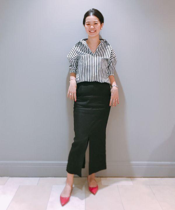 デミルクス ビームス定番のストライプオーバーシャツのスタイリング。スカートは前後に深くスリットが入り、歩く度に揺れるような表情が出て素敵ですよ。PELLICOのフラットシューズは、いつも24cmを履いている私に37のサイズがぴったりでした。