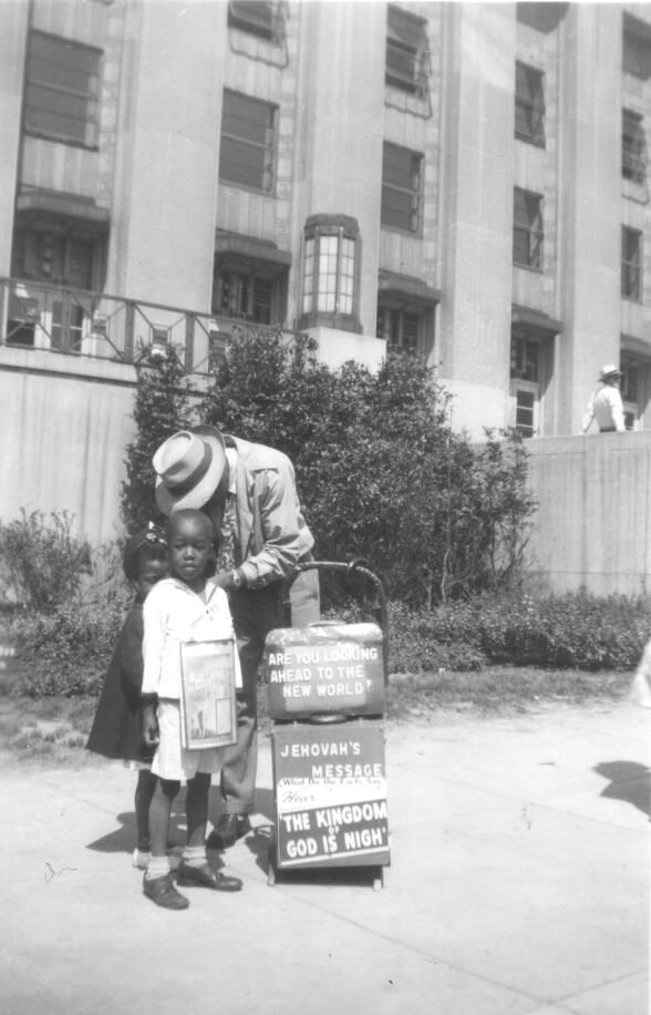 Detroit (vintage trolley witnessing, a brother with his children).