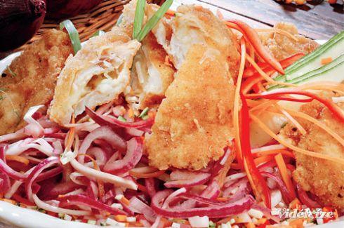 Mozzarellás rántott halfilé marinált lilahagymával - Vidék Íze