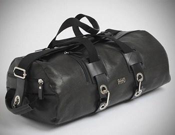 Η μαύρη δερμάτινη τσάντα Hero για το γυμναστήριο, είναι χειροποίητη φτιαγμένη από Ιταλούς τεχνίτες με απειροελάχιστες ατέλειες που τονίζουν ότι η προέλευση της κατασκευής της δεν είναι από μηχανές. Διαθέτει χώρο για τα αξεσουάρ καθώς