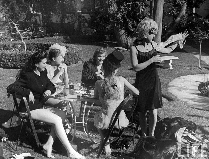 Adolescentes flacas jugando al strip poker