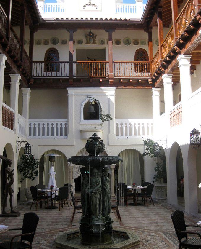 La cour intérieure de la maison. #Versace #miami