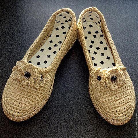 Уличные балетки Бежевый лён  Цена: 2500 руб. Очень женственные, удобные туфельки-балетки для прогулок по улице.  Основа выполнена крючком из 100% льна. Подошва - современный качественный материал - пластичный, легкий и износостойкий.   Носок и пятка укреплены, поэтому туфелька не растянется при носке.  По верху ввязана нерастягивающаяся тесьма. Сделать заказ Вам будет удобно на Ярмарке Мастеров: www.livemaster.ru/florina34