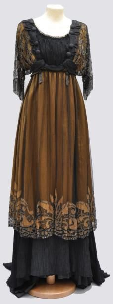 Robe longue en satin de soie mordoré et sa tunique en tulle noir à décor de motifs mordorés, rebrodé de perles acier, doublure en taffetas noir et volant plissé vers 1910.