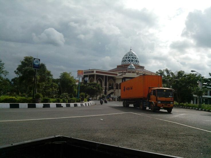 Masjid Agung Slawi (dari jauh)