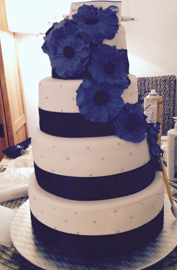 Tarta de boda blanca con cinta negra y flores moradas. Wedding cake.