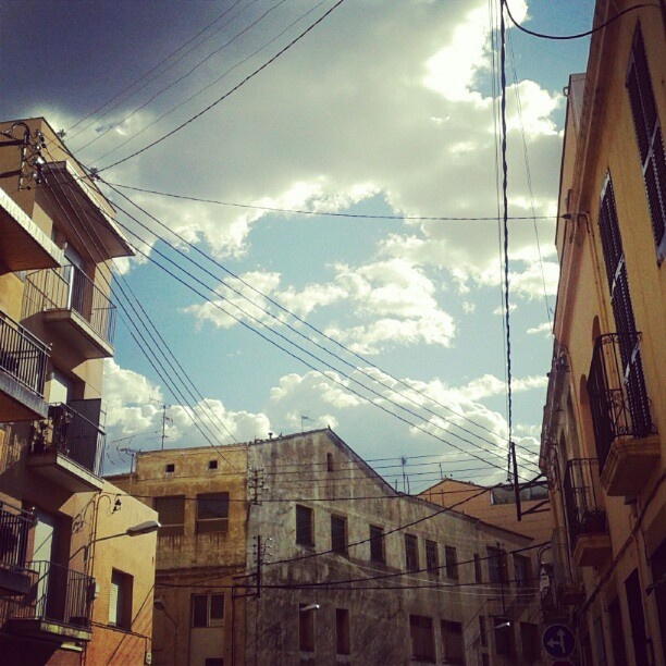 Antigues fàbriques i cables d'electricitat, imatges recurrents a la nostra ciutat.