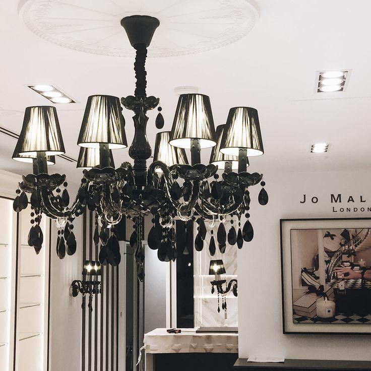 Detalles que marcan la diferencia. ¿Qué os parece la lámpara de araña de la tienda Jo Malone de Andorra?  #JoMalone? #cererols #construccions #cererolsconstruccions #construcciones #rrss #1972 #web #internet #projectmanagement #design #diseños #barcelona #office #calidad #obra #obras #retail #remodeling #decoracion #decoraciondeinteriores #andorralavella #araña #lampara #iluminación