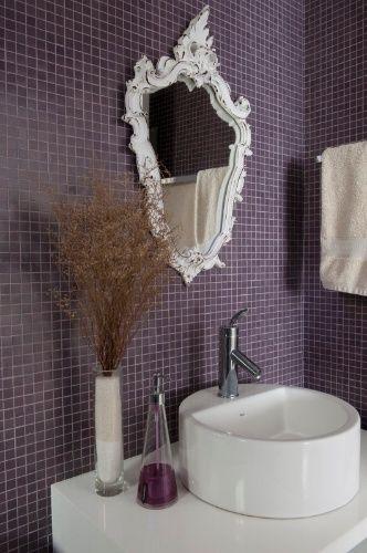 Pastilhas roxas revestem esse banheiro assinado pelos arquitetos Gabriel Magalhães e Luiz Cláudio Souza