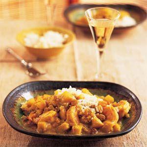 In India il curry powder indica una miscela di spezie pestate nel mortaio (di solito pepe nero, cumino, coriandolo, cannella, curcuma, chiodi di garofano, zenzero, cardamomo e peperoncino), mentre il curry è la salsa-base in cui si può cuocere in umido qualsiasi tipo di carne, pesce o verdura tra cui spicca il pollo al curry.