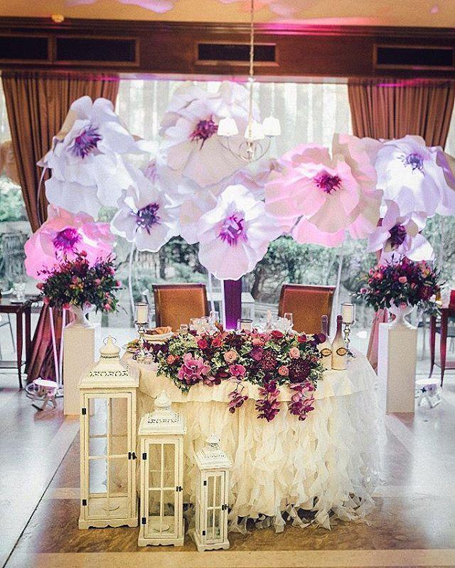 Цветочный президиум-отличная альтернатива арке и другим декорациям. Особенно красиво, когда серединки окрашены в общий тон свадьбы.