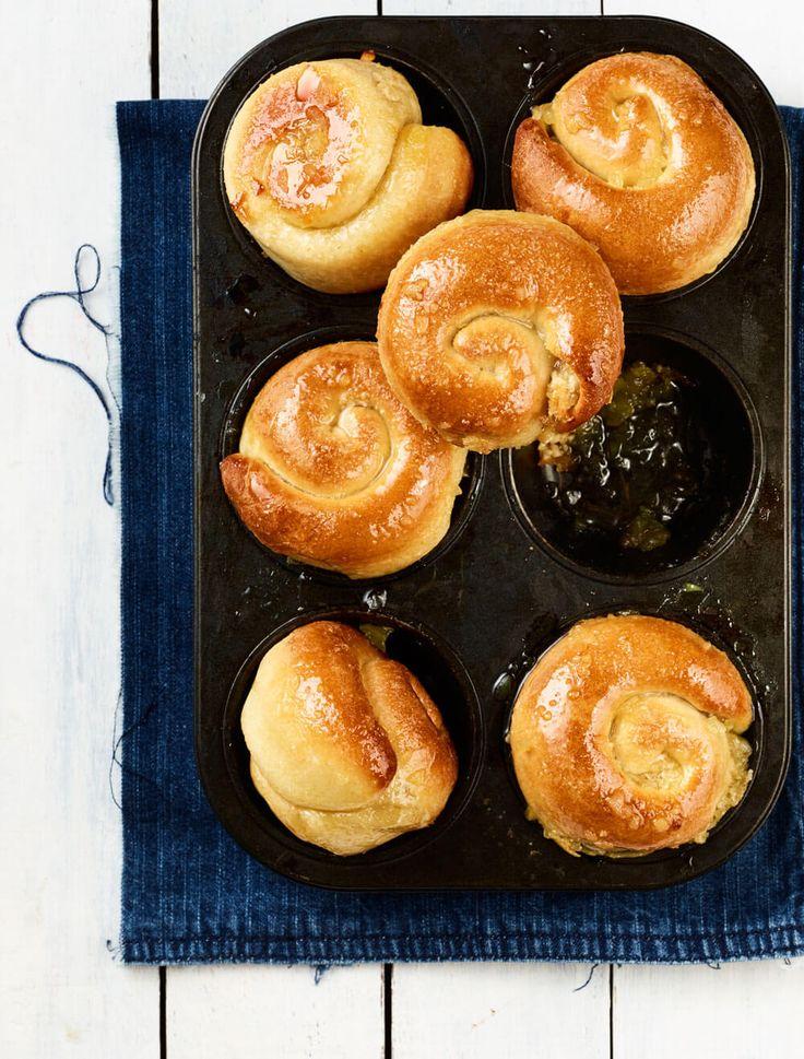 Bak deze heerlijke, luchtige gemberbolussen; vers uit het nieuwe boek Bakken met Kennis. De gemberbolus is een typisch Joods Amsterdams gebakje.