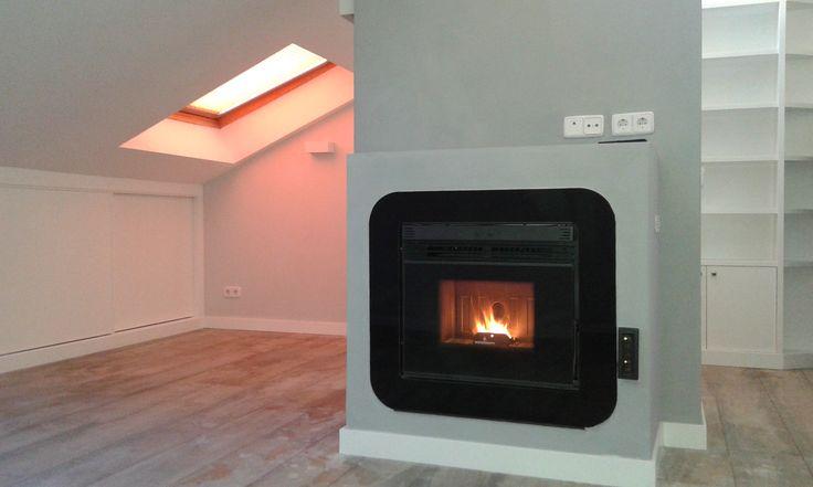 La protagonista del salón, una estufa insertable de pellets capaz de calentar toda la vivienda.