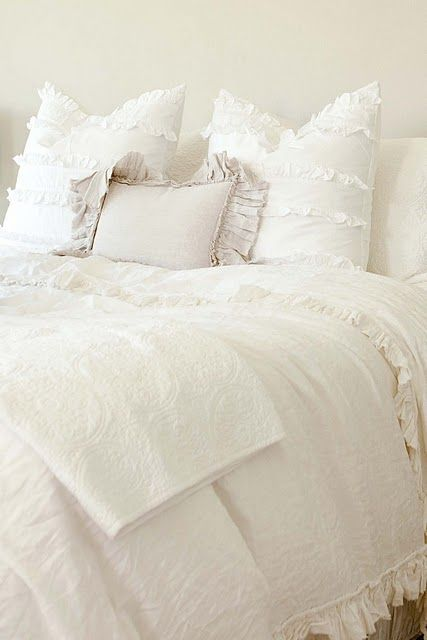 white beddingBeds Covers, Home Tours, Dreams Beds, White Beds, Master Bedrooms, White Bedrooms, Beds Linens, Painting Colors, Extra Bedrooms