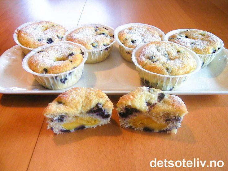 """""""Blåbærmuffins med vaniljekrem"""" er spennende, saftige og NYDELIGE muffins med """"innebygget"""" vaniljekrem. Du kan bruke friske eller frosne blåbær. Oppskriften gir 12 store, deilige muffins."""