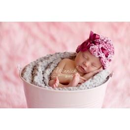 Un femenino gorro con terminación en forma de ondas y adorno de lazo de raso color granate. Tu bebé seráí una pequeña belleza. Prenda artesanal.