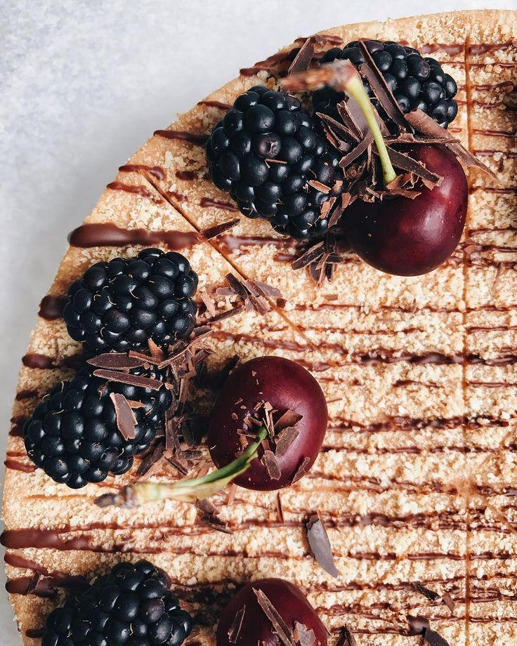 """Муравейник или тигр?Сегодня мы приготовили для вас:- Красный бархат- Брауни- Лимонный торт- Медовик- Рыжик- Муравейник- Морковный торт- Карамельный Наполеон- Сливочно-сырный торт на шоколадном бисквите с вишнёвым конфитюром- Пирожное """"Павлова"""" классическая- Пирожное """"Павлова"""" с лаймовым кремом- Капкейки с сырным кремом- Пирожное суфле на корже """"картошка""""- Эклеры- Лимонный мини-тарт- Черничный мини-тарт- Сливочный мини-тарт- Пирожное """"Картошка"""" медовая- Пирожное """"Картошка"""" кокосовая- Пиро"""
