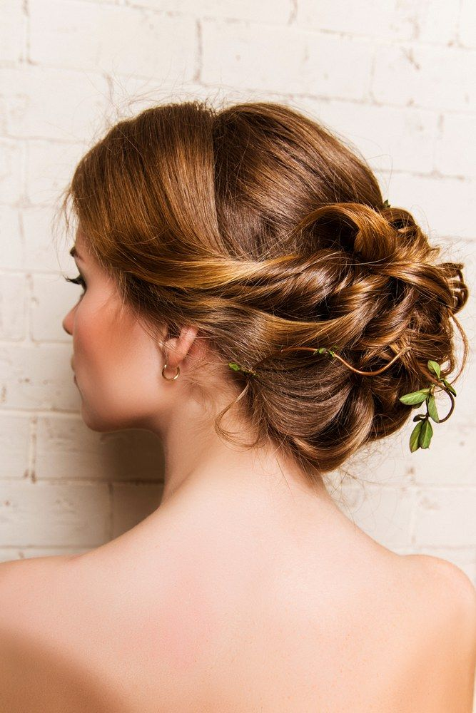 Wedding Hairstyle With Leaves Lovely Bride Studio Photo On A Background Of A White Brick Wall Weddingh Hair Styles Beautiful Wedding Hair Short Wedding Hair