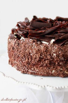 Tort składajacy sie z pysznego soczystego ciasta z kawałkami czekolady i pralinek wiśniowych, masy śmietanowej, w której zatopione są wiśnie i praliny oraz całego mnóstwa chrupiącej czekolady.