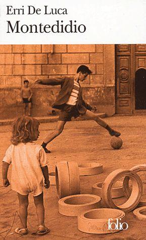 Dans les années 50, un jeune Napolitain de 13 ans reçoit un cadeau de son père, un « boomerang » en acacia qu'il enfouit dans sa poche.     De la terrasse de Montedidio, il rêve de le faire voler comme un voyage de l'enfance vers la maturité ; le temps de laisser mûrir les mots, la voix et le corps, le temps de laisser mourir la mère et de laisser naître un autre amour...
