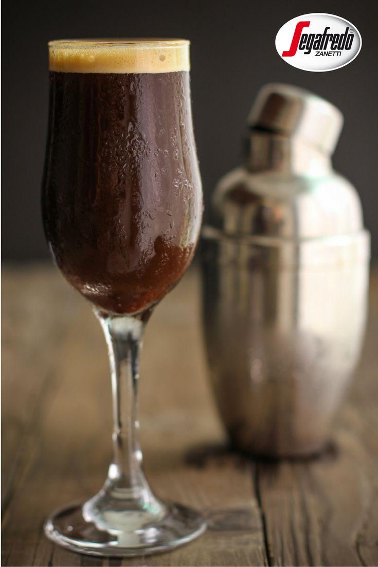 Jeśli pomimo zmiany pogody miewacie czasem ochotę na kawę na zimno, polecamy klasyczne shakerato czyli esensjonalne espresso wymieszane w shakerze z kilkoma kostkami lodu. Istotne dla uzyskania charakterystycznej pianki na wierzchu napoju jest jego energiczne mieszanie. #Segafredo #kawa #napojekawowe #shakerato #przepis #kawainaczej