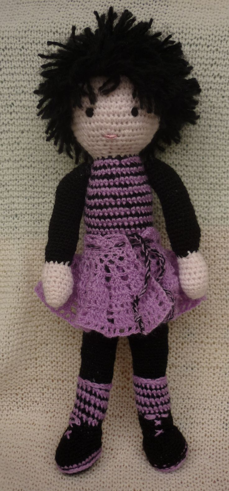 Lila ruhás lány, horgolt