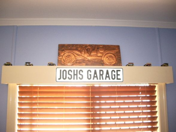 Decorating a boys bedroom with a auto garage theme for Garage themed bedroom ideas