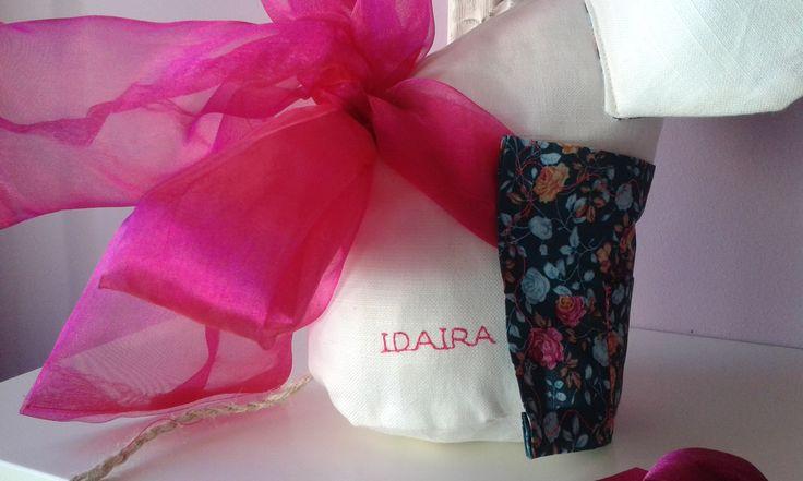 Ratolineta feta per mi mateixa, amb el nom de la nena IDAIRA brodat.