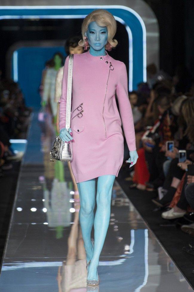 7b762bed471d60 Moschino Autunno Inverno 18-19 Milano Fashion Week, tendenze moda donna  #moschino #fashion #sfilate #mfw