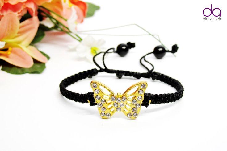 Fekete szaténzsinórral, csillogó kövekkel kirakott pillangó medállal, és 2 db…