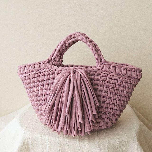 フロントフリンジの アップサイクルバッグ このピンクなら持てる フリンジの色、迷って同色☺ 後程minneにて販売します #アップサイクル#hoookedzpagetti#zpagetti#ズパゲッティ#バッグ#かごバッグ#ナチュラルコーデ#ハンドメイド#かぎ針編み#crochet#minne