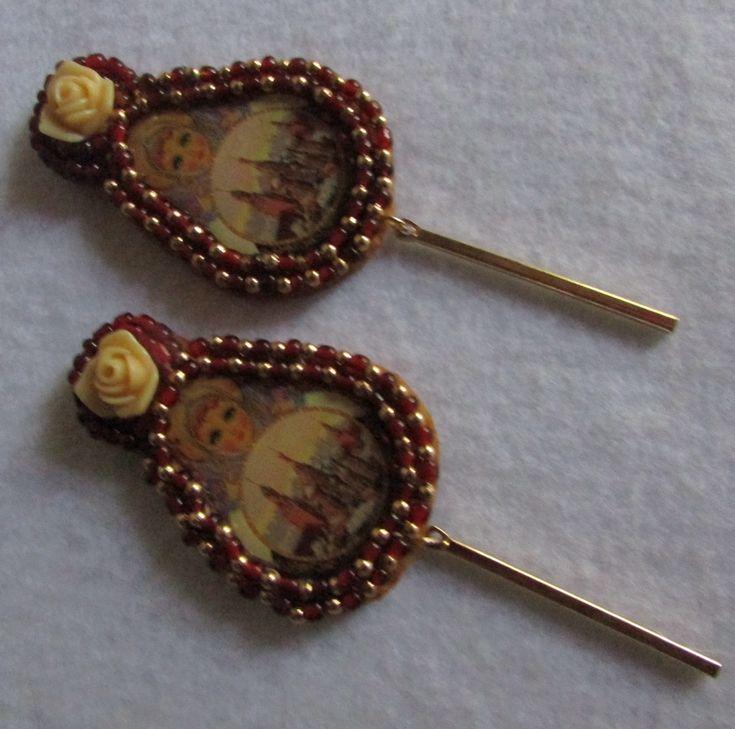 Aro clip con placa de matrioska y bordado a mano alzada en soporte fieltro