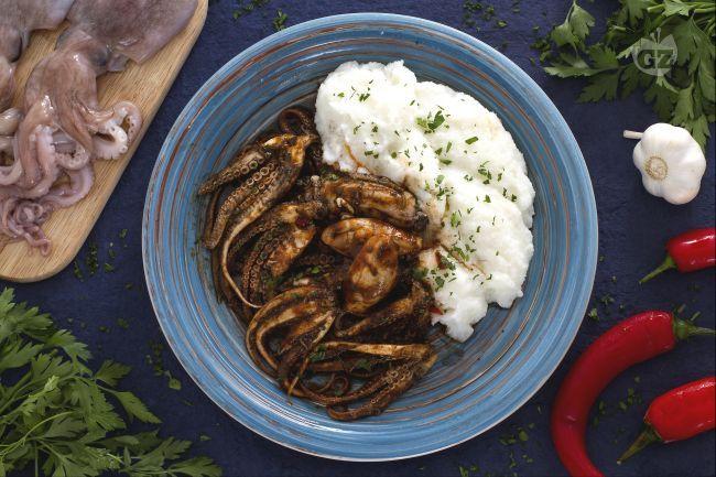 I moscardini alla busara sono un piatto tipico del Veneto, preparato con un sughetto di pomodoro e accompagnati da una cremosa polenta bianca!