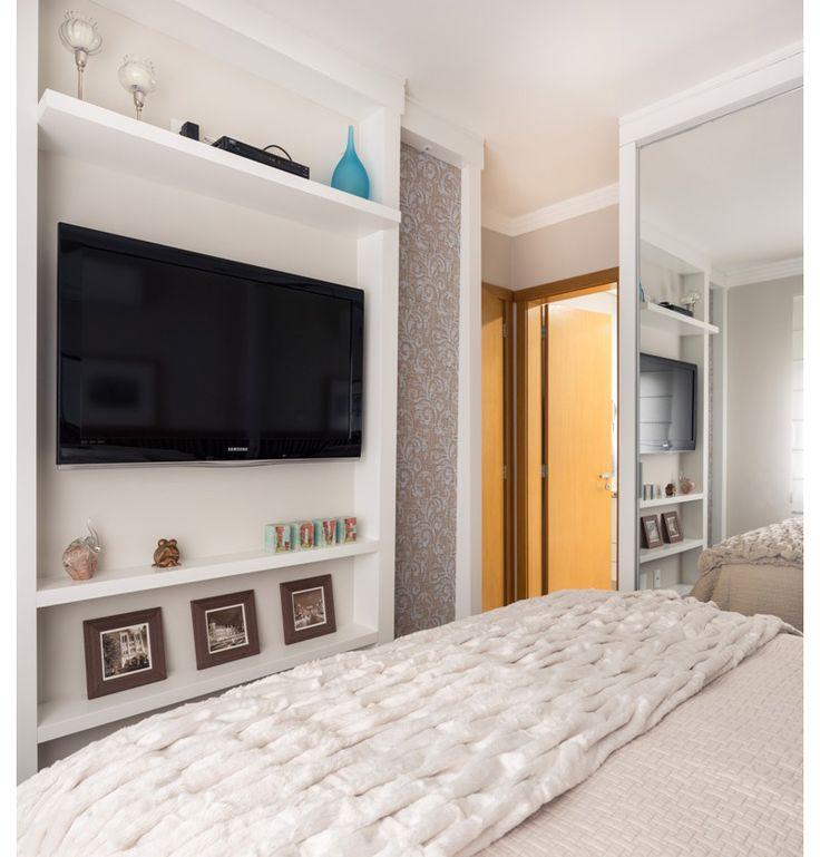 O painel serve como apoio para os quadros no quarto pequeno, que ganhou portas de vidro e cores claras para parecer maior
