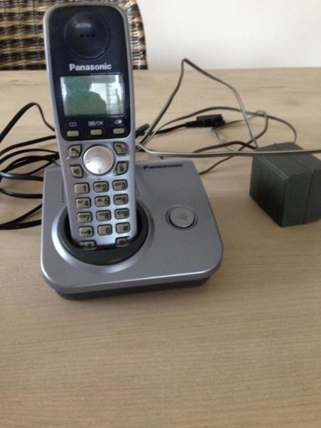 älteres voll funktionsfähiges Telefon schnurlos mit einem Mobilteil Anschluß analog mit TAE Stecker. Versand gegen Kostenbeteiligung möglich.
