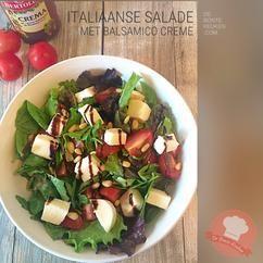 Italiaanse salade... (sla, rucola, yoghurt slasaus, mozzarella, cherry tomaatjes, tomaat, pijnboompitten, balsamico crème, Italiaans, zomer, makkelijk, simpel, recept, bbq, bijgerecht)