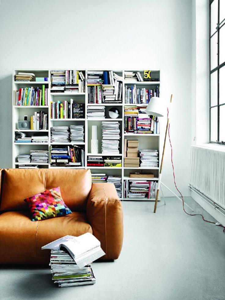 Lecco knihovna plná knih v bílém laku / bookcase