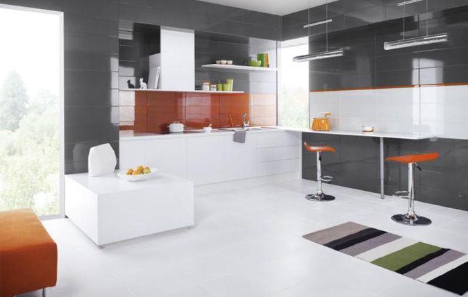 Kwiatowe lub geometryczne motywy? Szklane dekoracje? Nic z tego! Teraz spokojną, szarą ścianę możesz ożywić tylko jednym - kolorem! Do wyboru masz między innymi głęboką metaliczną czerwień i soczysty oranż, które ocieplą każde wnętrze lub opcję stonowaną - elegancką szarość i subtelną biel w odcieniu kości słoniowej.