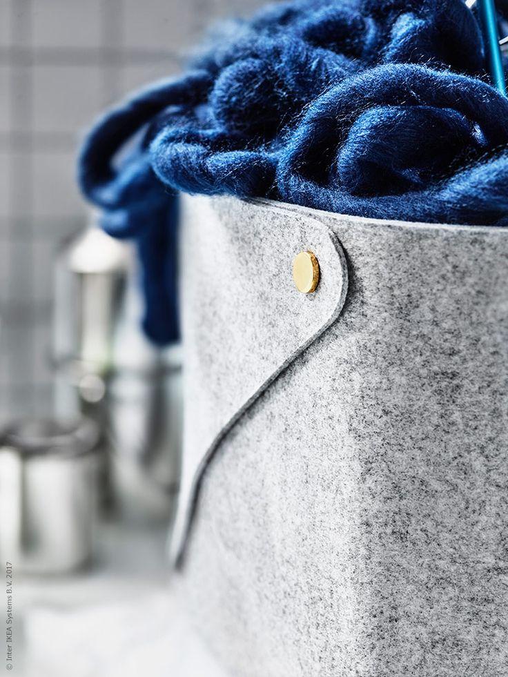 PUDDA förvaringskorg har en fin mässingsdetalj och ett mjukt naturligt uttryck i grå filt.