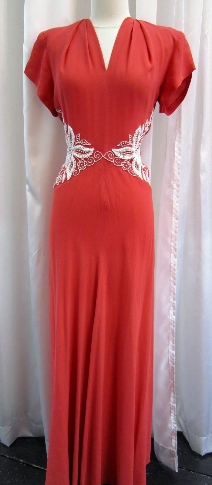 oh my diese abnäher sind so up to date   1940's coral rayon draped gown..