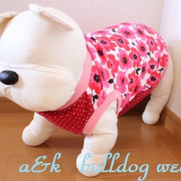 愛犬が200%可愛く見える服を作りました。市販の服ではなかなかぴったり合わないブルドックや大型犬にも合う様に型紙をおこしています。胸は赤色に白い小さなドット柄...|ハンドメイド、手作り、手仕事品の通販・販売・購入ならCreema。