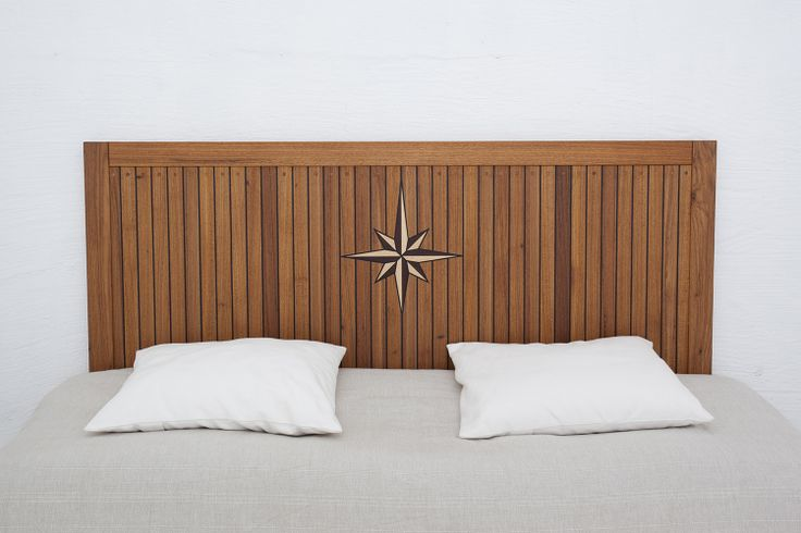 Sänggavel gjord i massiv teak, i samma utförande som vår dörrmodell Hamnerö. Kompassrosen är tillverkad av massiva spillbitar av ask och valnöt.