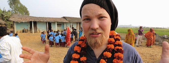 Autolla Nepaliin. Hankkeen tarkoituksena oli ajaa Suomesta Kathmanduun hakemaan pakettiautolla nepalilaisnaisten tekemiä koruja suomalaiseen Store of Hope -kauppaan myytäväksi. Elokuvantekijät lahjoittavat saamansa lipputuotot lyhentämättömänä Nepaliin