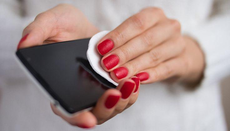 4 Πράγματα στο Σπίτι που θα Καθαρίσουν και θα Απολυμάνουν το Κινητό σας