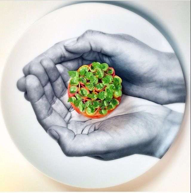 """Les assiettes originales de la maison Bernardaud utilisées par Jean Imbert (Chef cuisinier et propriétaire du restaurant """"Acajou"""" - 35 bis, rue de La Fontaine 75016 Paris)"""
