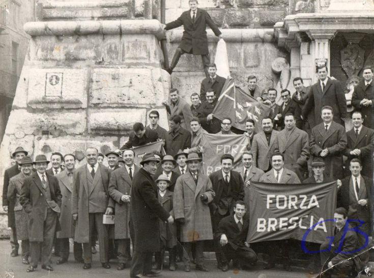 """""""Tifosi delle Rondinelle ai piedi della Pallata"""" - 1965 http://www.bresciavintage.it/brescia-antica/documenti-storici/tifosi-delle-rondinelle-ai-piedi-della-pallata-1965/"""