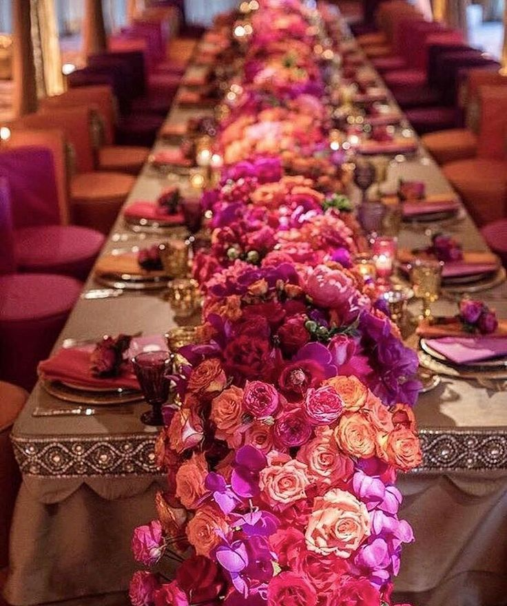 This wedding table set up by @casadeperrin just made our Monday a whole lot brighter!